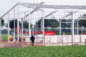 Aufbau einer Stahlhalle im Gewerbegebiet